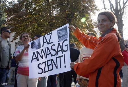 Romák tüntettek az edelényi polgármester ellen