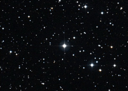 A BD+44 493 (középen) színképelemzése révén a korai univerzumban végbement, speciális szupernóva-robbanásokról sikerült információkat szerezni (STScI, AAO/ROE)