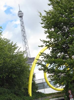Elsüllyedt az Eiffel-torony, egy óriási DNS-spirál mellett