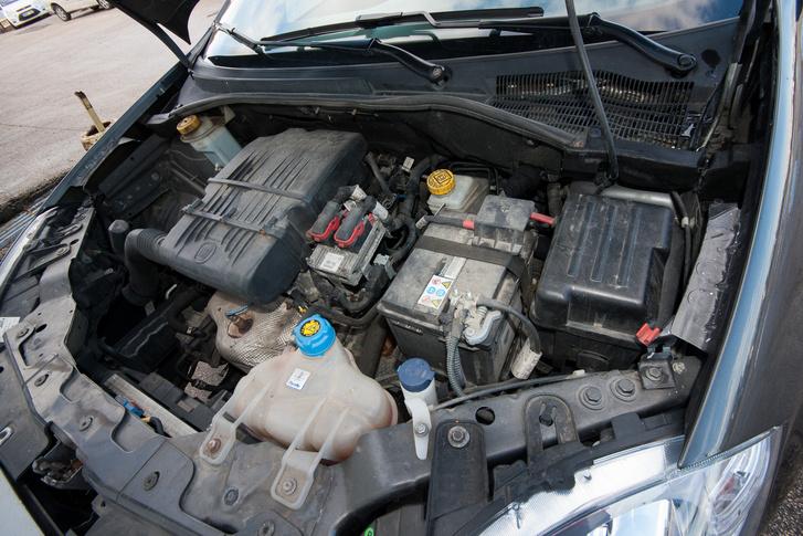 Pici motor, nem is igazán elég ebbe az autóba
