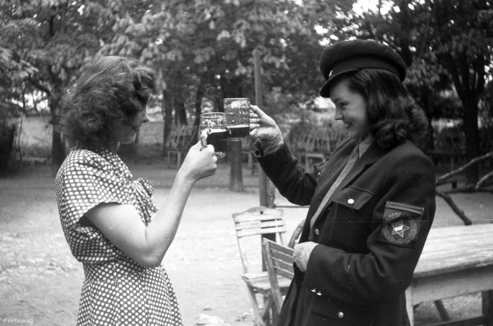 Feltehetőleg az 1949-es május elsejei majálison koccintó nők. A katonai és munkás felvonulások főszereplői voltak az eseménnyel azóta is összekapcsolt sör és a virsli.