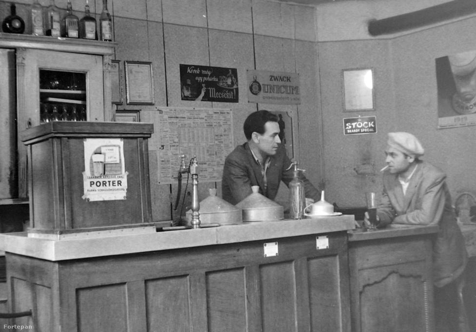 Kocsmai életkép 1949-ből. Egy évvel járunk azután, hogy Dreher Jenővel, a kőbányai sörmágnás aláíratták a főzdéi állomosításáról szóló dokumentumokat. Az épülő szocializmusban nem volt helye a magán üzemeknek. És megjelent a piacon a Kövilként emlegetett Kőbányai Világos. A képen a söntés pultnál látható két bádoggúla alatt azonban nem sör volt: 10-20 literes porcelán tartókban hült a bor, amiből egy- vagy kétdecis merőkanalakkal öntöttek.