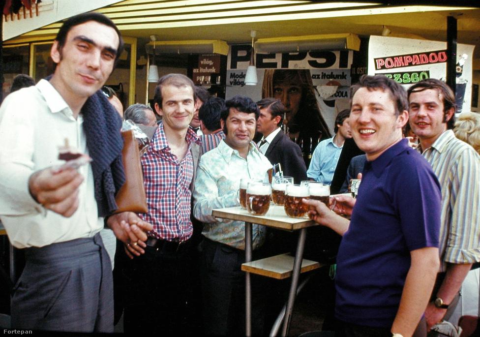 Söröző társaság egy utcai talponállóban 1975-ben. Magyarországon 1949 és '80 között gyakorlatilag csak a keleti blokk söreit és szeszesitalait lehetett megvásárolni. Ha valaki nyugati márkákra vágyott, akkor két lehetősége volt: vásárolhatott dollárért a valutaboltban, vagy Jugoszláviába kellett mennie.