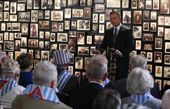 Andrzej Duda beszél túlélők és hozzátartozók előtt az egykori auschwitz-birkenaui náci koncentrációs táborban.