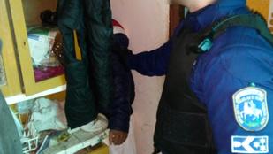 Ez a körözött férfi sikertelenül próbált eggyé válni egy szekrénnyel