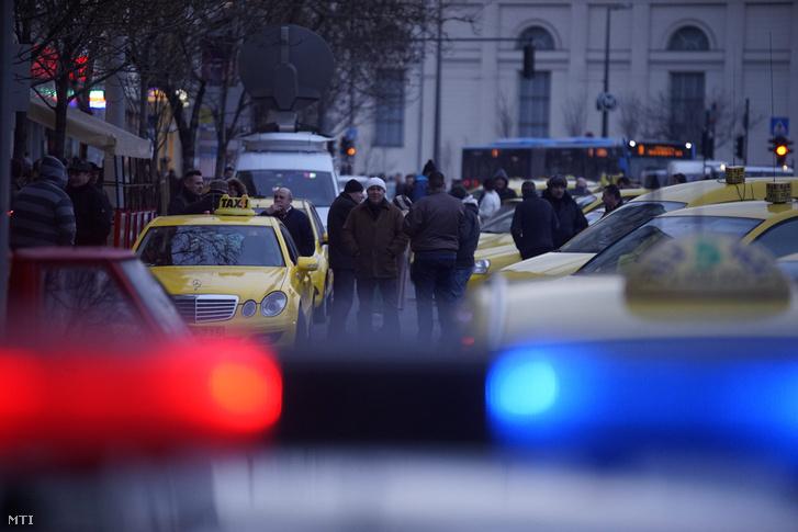 Az Uber közösségi személyszállító szolgáltatás ellen tiltakozó taxisok állnak autóikkal a belvárosi Erzsébet térnél 2016. január 20-án.