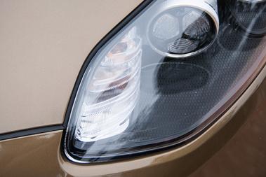 Egy régi, bordás Mercedes-index bújt meg a sarokban