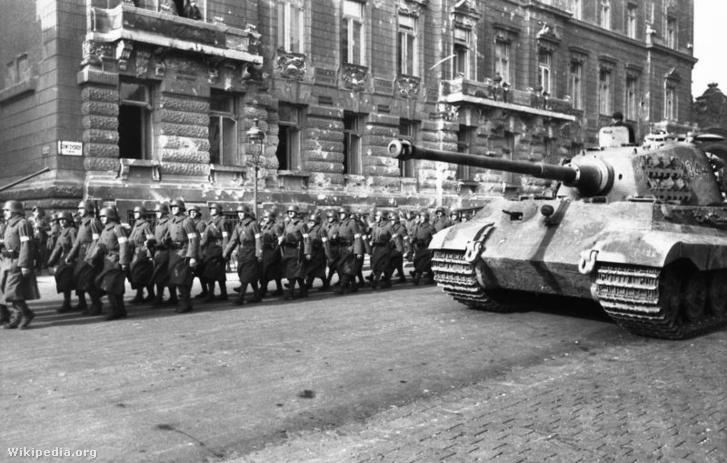 Nyilaskeresztes magyar katonák vonulnak Budapesten 1944-ben egy német Tigris II-es páncélos mellett.