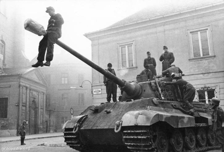 Német katonák egy tankon Budapesten, 1944-ben.