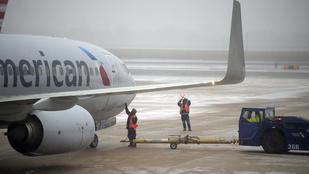 Titokzatos betegség miatt fordult vissza egy repülőgép