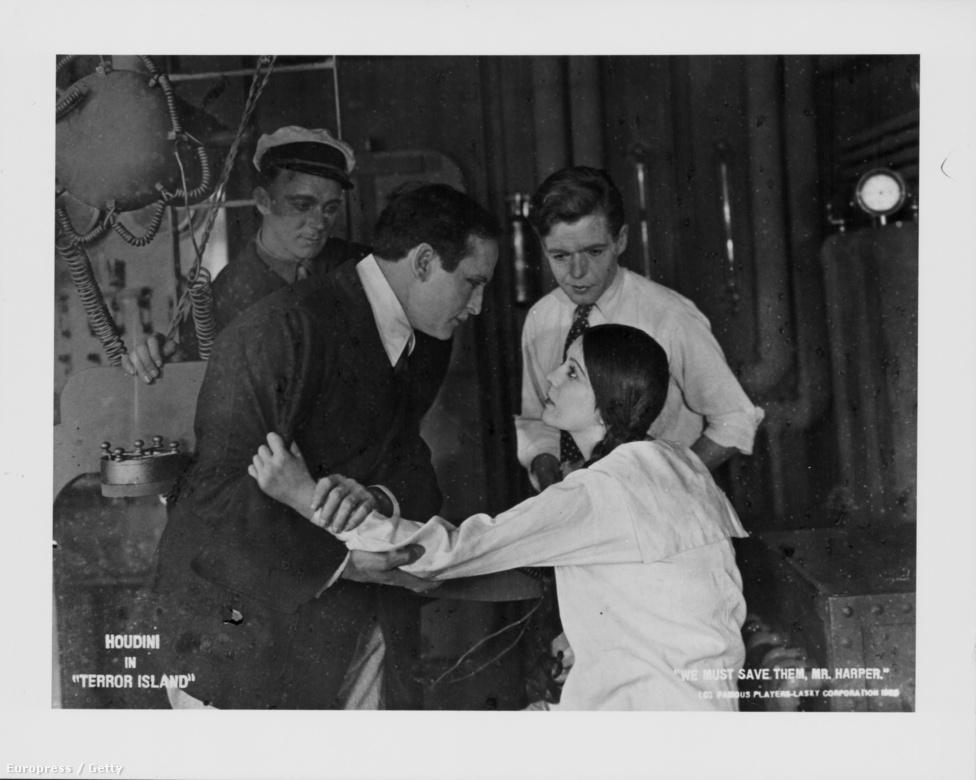 """Korán felismerte a mozgókép jelentőségét is, ezen a képen éppen egy 1920-as némafilm, a Terror Island egyik jelentében látható. Szabadtéri mutatványait is filmre vette, hogy aztán revüszínházi fellépéseken vetítse le a produkciókat. 1909-ben készített egy rövidfilmet magáról """"Houdini csodálatos mutatványai Párizsban"""" címmel, Amerikában ezt a darabot """"Az ünnepelt Houdini"""" címen mutatták be. Ő, aki korábban az amerikai riportereknek mindig azt nyilatkozta, hogy Ausztriában született, a sajtóban ekkor már """"a ravasz amerikainak"""" nevezte magát."""