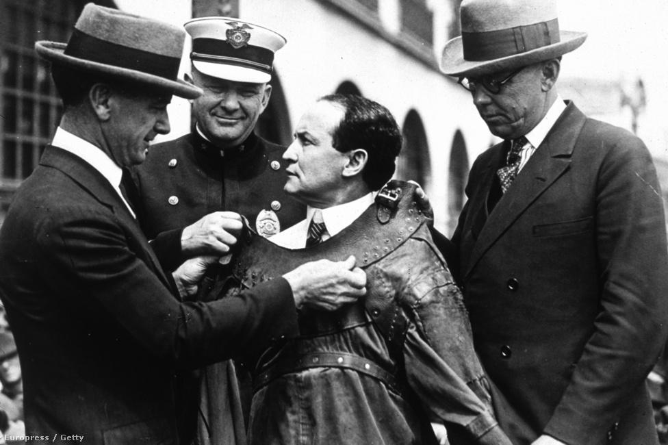 Bőr kényszerzubbonyban 1915-ben. Houdini szabadulóművészként vált igazán ismertté. Miután a Scotland Yardon előadott bilincses szabadulásával az Alhambra Színház befolyásos igazgatóját is lenyűgözte, új szerződést kapott. Első fellépésén egy Cirnoc nevű másik szabadulóművésszel találta szemben magát, és Houdini legyőzte ellenfelét a Bean-bilincsekkel előadott mutatványban.