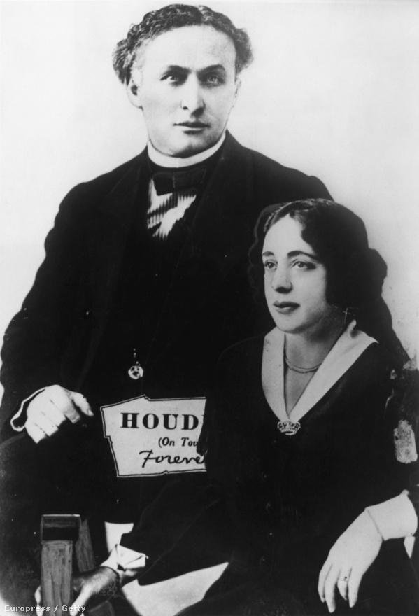 """Houdini és felesége, Bess, aki egyben a színpadi segítője is volt. A pár New York híres vidámparkjában, a mutatványosokkal teli Coney Islanden ismerkedett meg, de annyira, hogy három héttel később össze is házasodtak. A nőt szigorú katolikus szellemben nevelő anyja ezután évekig nem beszélt velük, meggyőződése szerint Houdini valójában nem más volt, mint maga az ördög. A bűvészmesterség francia klasszikusa, Jean-Eugen Robert-Houdin neve után műsoruknak """"A Houdinik"""" címet adták. A repertoáron ugyan már kezdetben is szerepelt néhány bűvészmutatvány, de ekkor inkább még """"mulatságos jeleneteket"""" adtak elő: Harry, a kártyák királya, Harry, a mexikói vadember, Harry, aki megeszi a ketrecébe bedobott cigarettacsikkeket."""