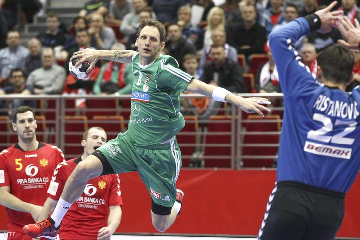 Iváncsik Gergő (b) és a montengrói Radivoje Ristanovic a férfi kézilabda Európa-bajnokság D csoportjában játszott Magyarország - Montenegró mérkőzésen Gdanskban.