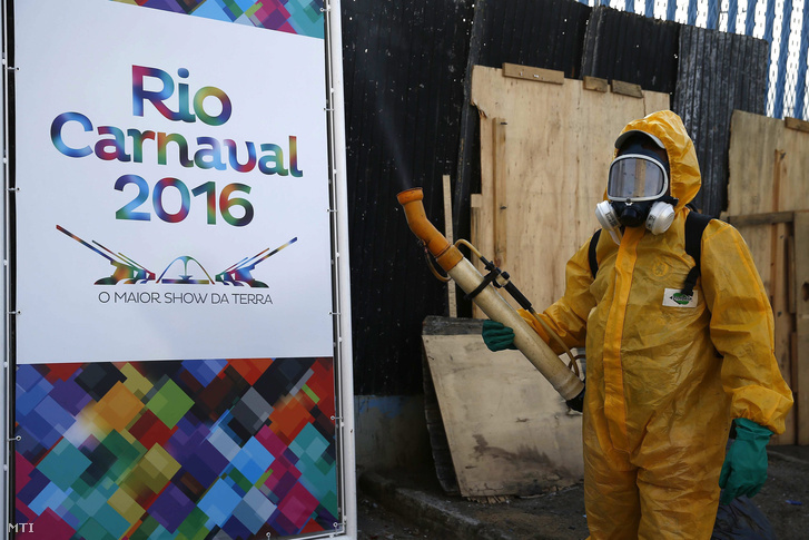 A Zika-vírust terjesztő tigrisszúnyogok elleni irtószert készül permetezni egy védőruhás dolgozó a 2016-os nyári olimpiai játékok íjászversenyeinek és a hagyományos riói karneválnak otthont adó Rio de Janeiró-i szambastadionban.