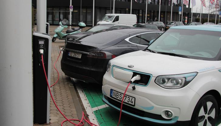 Szomszédunk immár másodszor egy fekete norvég Tesla. Van az a szint, ahol ne kompromisszum a villanyautó