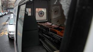 Baltával támadt a segíteni érkező mentőkre
