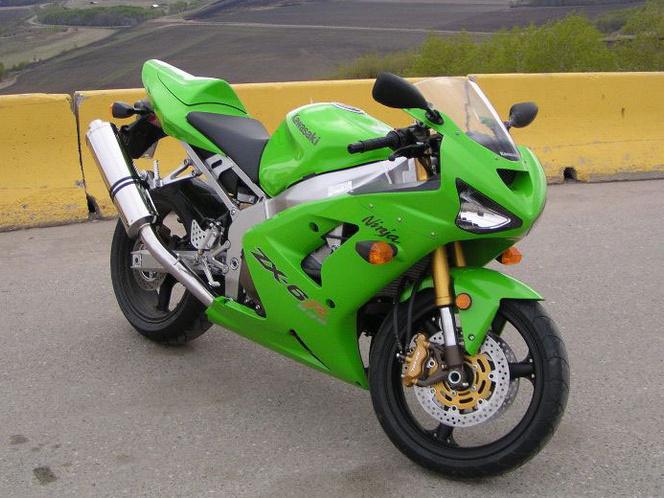 Kawasaki Ninja ZX6-R 636 - ez 2003-as és 2004-es széria külsejétől máig nem tudok szabadulni. Egyszerűen odavagyok érte. Kényelmesnek viszont tévedésből sem nevezném