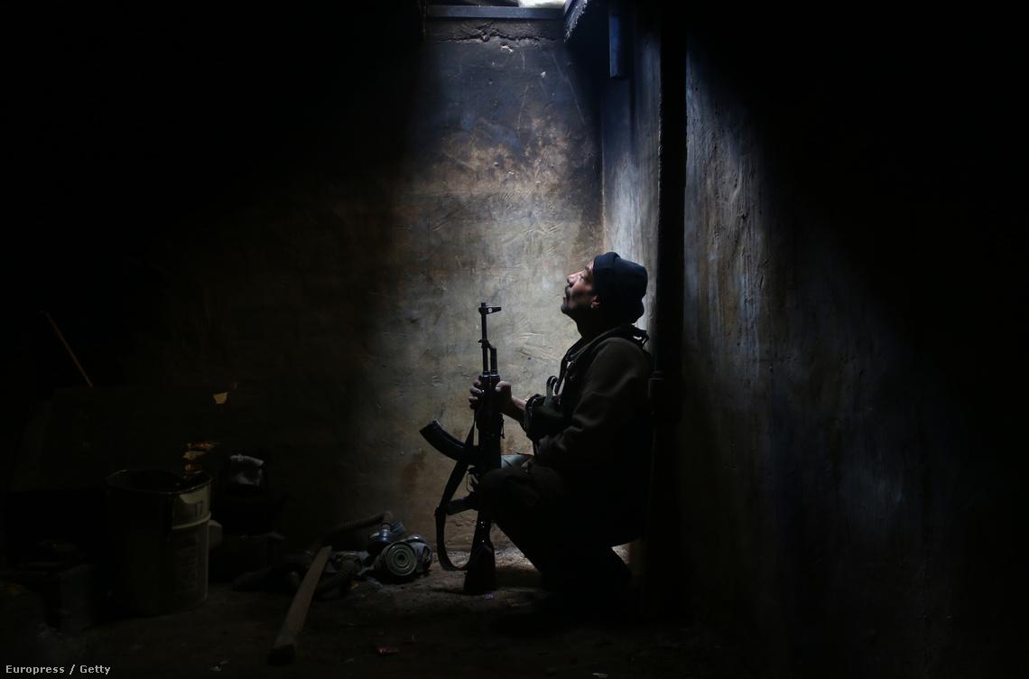 Felkelő pihen egy bunkerben Arbinban