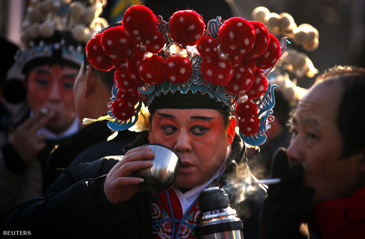 Teázó és cigarettázó kínaiak a pekingi Dong-csu templom udvarán.