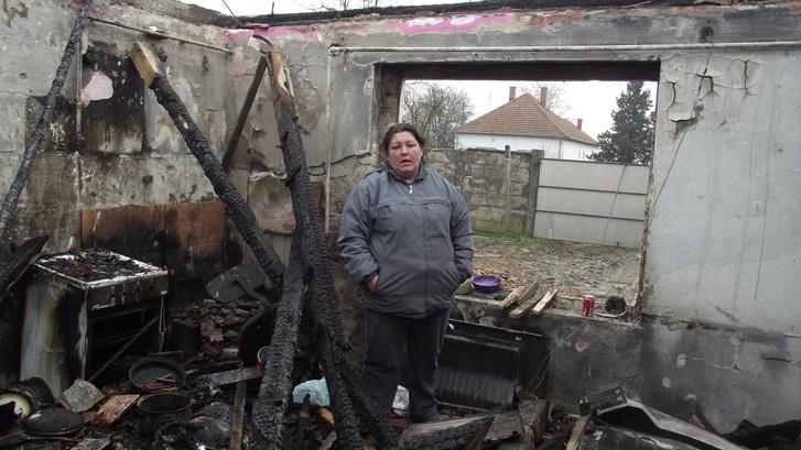 Gara Melinda a tető nélkül maradt konyha romjai között.