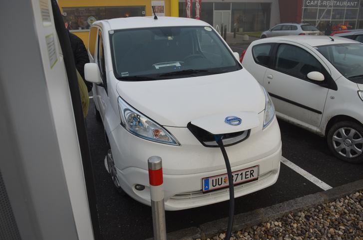 Újszerű, 7 hónapos, 13 ezret futott családi elektromos kisbusz. Második autó, az aszony használja. A másik autójuk egy Leaf - két elektromos autó egy háztartásban már igazi fanatizmus
