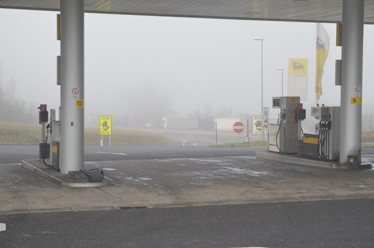 Köd, dugó. Reméljük nem baleset miatt, és örülünk, hogy nem arra vezet az utunk