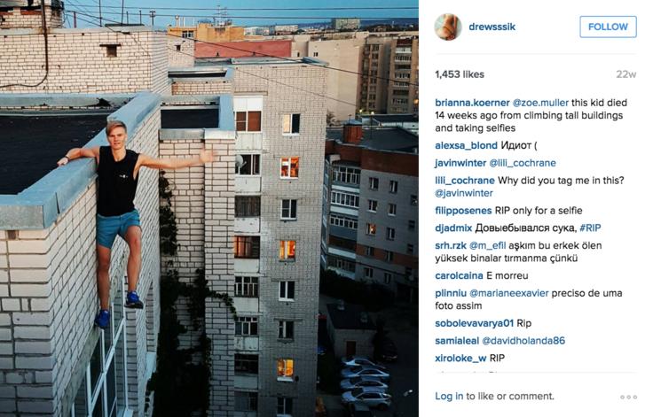 A moszkvai @drewsssik 17 évesen halt meg, miközben fotót próbált csinálni magáról egy kilenc emeletes épület pereméről. Mászás közben megcsúszott a keze, és lezuhant.