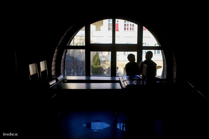 Diákok a Herman Ottó Gimnázium aulájában