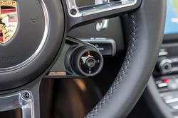 A Porsche manettino gombja, az üzemmód választó. Közepén a Sport Response gomb, megnyomva minden maximumon van 20 másodpercig