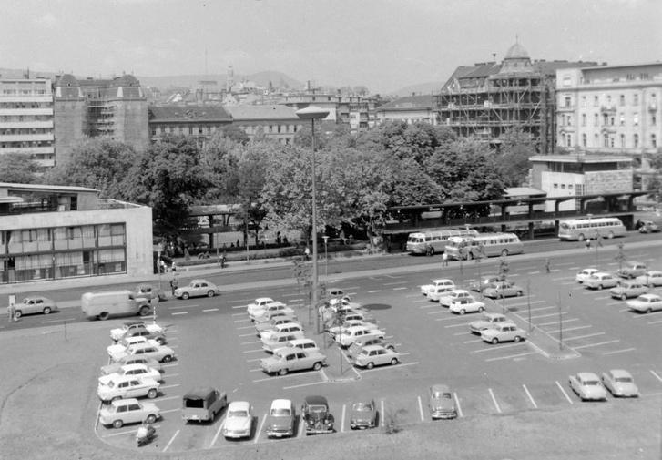 Erzsébet tér, 1968-ban, a mostani Akvárium fölött.