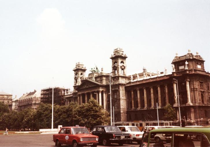 1984-ben a Kossuth téren a Néprajzi Múzeum és a Parlament között se a gyalogos turistáknak állt a zászló.