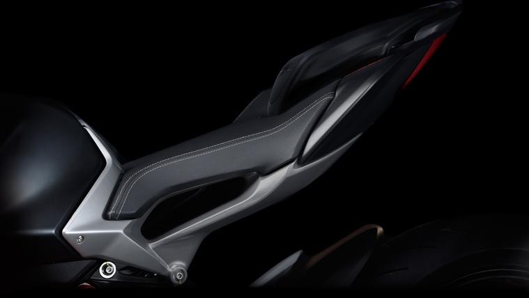 Az új Brutale 800 jellegzetessége az ülés alatti lyuk