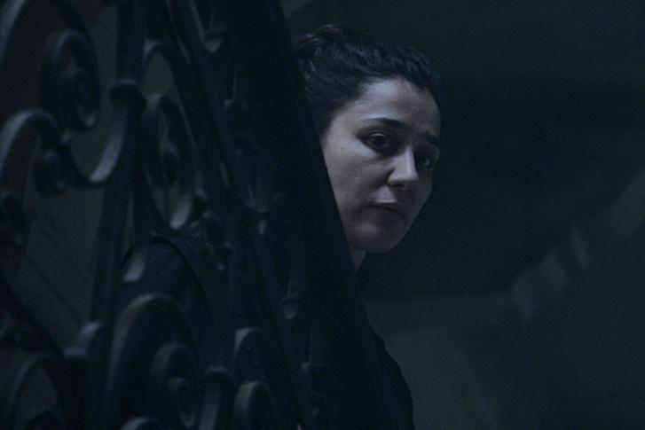 Ez a jelenet a Félvilágból van, de Gryllus Dorka a Sóhajok hídjában is egy felkapaszkodott urtizán