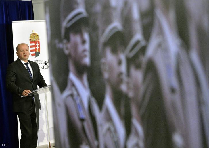 Simicskó István honvédelmi miniszter a Magyar Honvédség évértékelő és feladatszabó vezetői értekezlete után tartott sajtótájékoztatón  január 28-án.