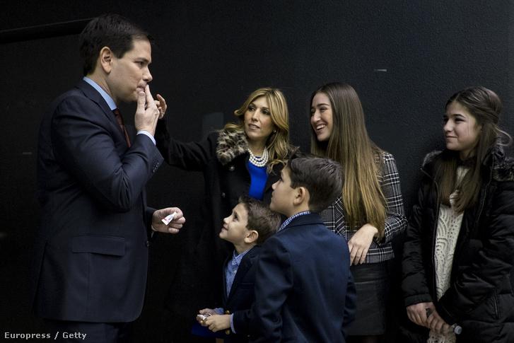 Rubio családjával a beszéd előtt