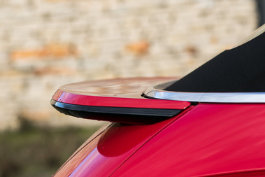 Nem emelkedik ki, mint a Porsche szárnya, de jól mutat a hátsó légterelő