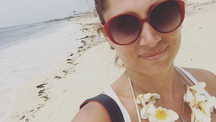 Horváth Éva Balin napoztatja a dekoltázsát