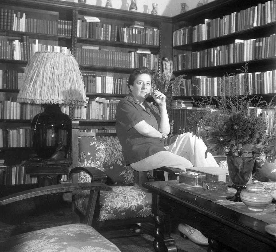 1961, Gobbi Hilda, a Szabó család Szabó nénije cigarettázik egy könyvekkel zsúfolt polc előtt. A képen is látszik, hogy milyen férfias jelenség, és nem is csinált titkot abból, hogy a nőket szereti, férfi ruhákban járt, virágot vett a nőknek, az ajtóban előre engedte őket. Két nagy szerelme volt: Temessy Hédi és Galgóczi Erzsébet.