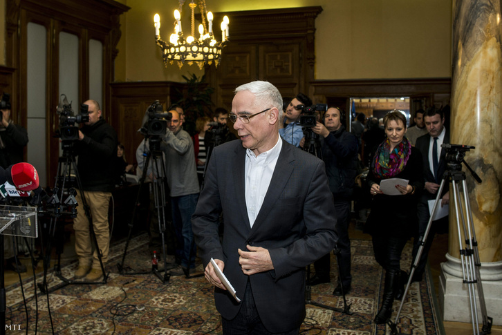 Balog Zoltán az emberi erőforrások minisztere a Nemzeti Pedagógus Karral és szakmai szervezetekkel folytatott tárgyalását követő sajtótájékoztatón az Emberi Erőforrások Minisztériumában 2016. január 23-án.