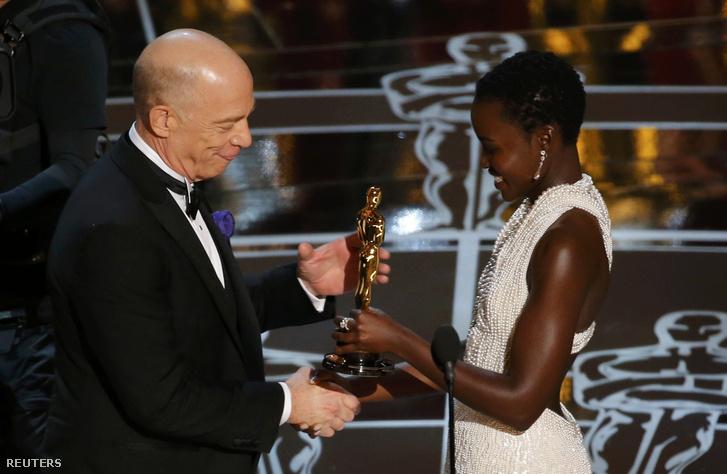 Lupita Nyong'o Oscar-díjat vesz át 2013-ban.