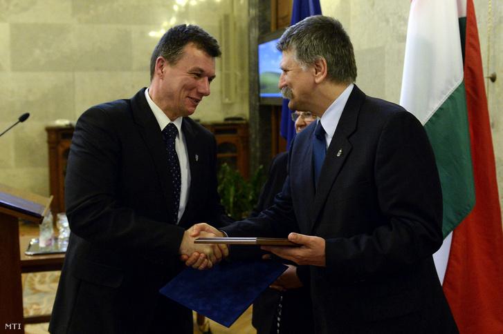 Kövér László házelnök (j) átadja a a Befogadó magyar település díjat Dióssi Csabának Dunakeszi polgármesterének a Parlament Delegációs termében 2014. március 13-án.