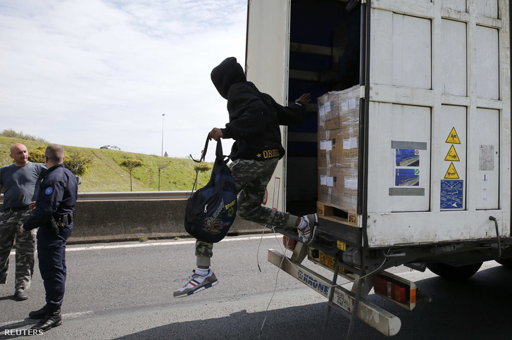 Egy menekült próbál átjutni az Egyesült Királyságba Calaisnál.