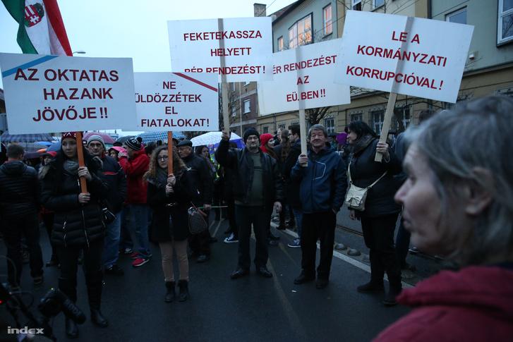 Pedagógusok és diákok tüntettek Miskolcon