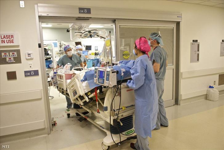 Archív kép, amelyen egy arcátültetésen átesett beteget tolnak ki a bostoni Brigham és Women's Kórház műtőjéből