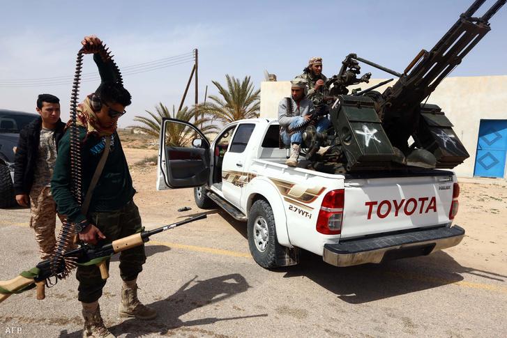 A mérsékelt iszlamista parlamentet támogató katonák készülnek összecsapásra az Iszlám Állam harcosaival Szirt külvárosában, 2015. március 16-án.