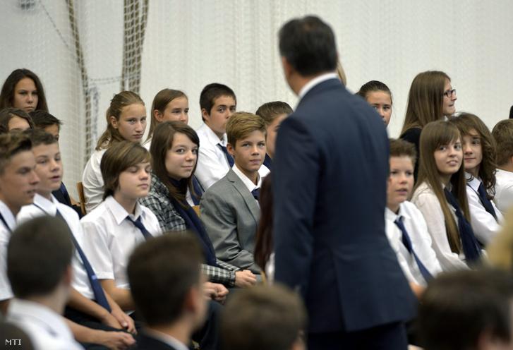 Orbán Viktor miniszterelnök a diákok között a törökbálinti Bálint Márton Iskola új épületének avatóünnepségén 2013. szeptember 2-án.