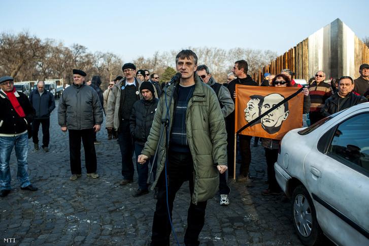 Büki Zoltán főszervező a Blokád az útdíjak ellen és a demokratikus Magyarországért elnevezésű Facebook-csoport szervezésében az útdíj eltörléséért rendezett autós demonstráción a fővárosi 56-osok terén 2015. február 19-én.