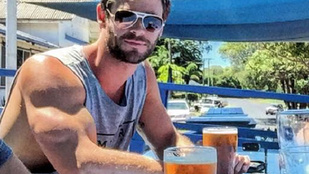 Chris Hemsworth bicepszével nem lehet viccelni. Ja, de!