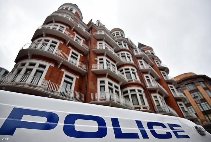 A követség épülete előtti utcát rendőrök őrzik